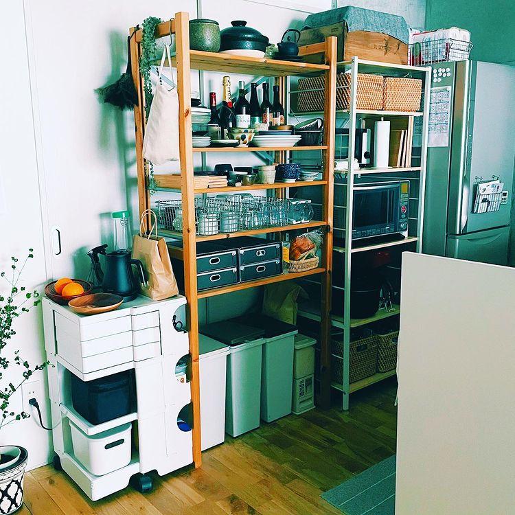 初めての対面キッチンは、収納が丸見えになることを逆手にとって、全てオープン収納に。見せたくないものは全てカゴに入れるなど工夫しています。