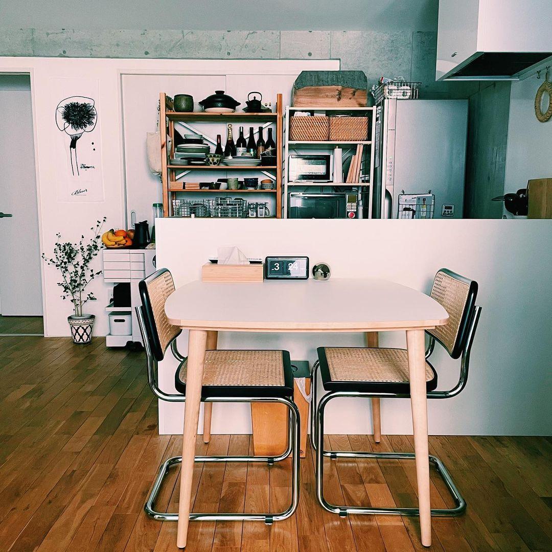 ラタンとスチールの異素材の組み合わせがいいアクセント。お部屋の顔になっていますね。合わせたテーブルはIKEAのもの。