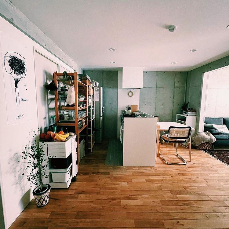 たしかに、シンプルで整った内装がとても使いやすそうなお部屋!ダイニング・キッチンでは白系の家具を合わせて、うまく使いこなしていらっしゃいます。