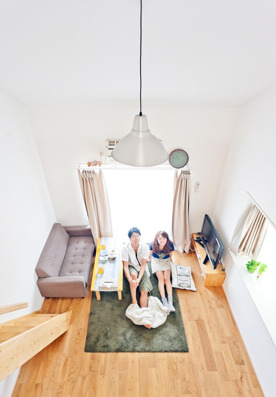 佐久間さんご夫妻が暮らすのは、25㎡ほどの小さな1K。天井が高いので広く感じます。