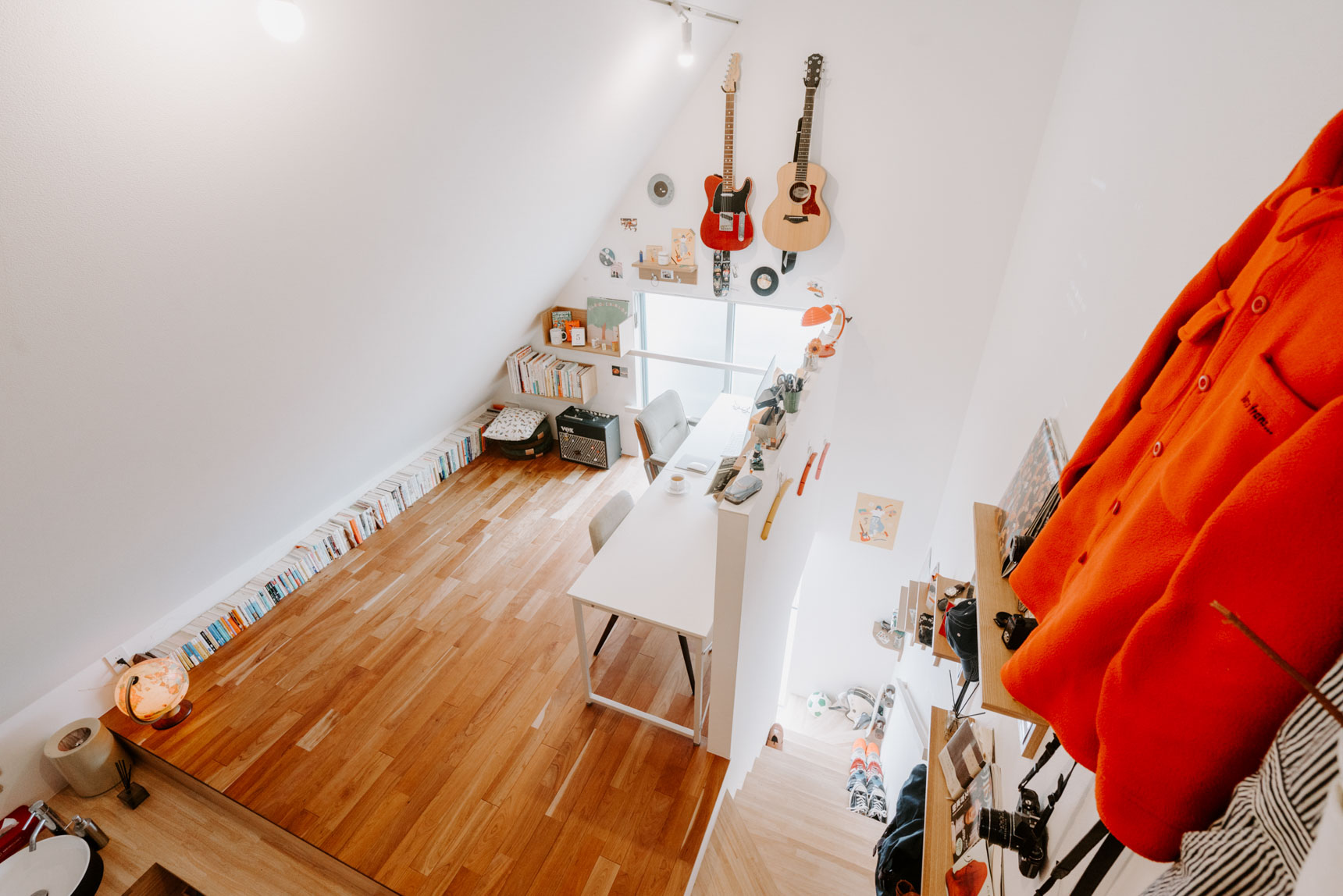 デザイナー、ミュージシャン、アパレルグッズの販売など、多方面でご活躍中の、新井リオさん。ご自宅は、高い天井にロフトつきの、「ザ・デザイナーズ」なワンルーム。