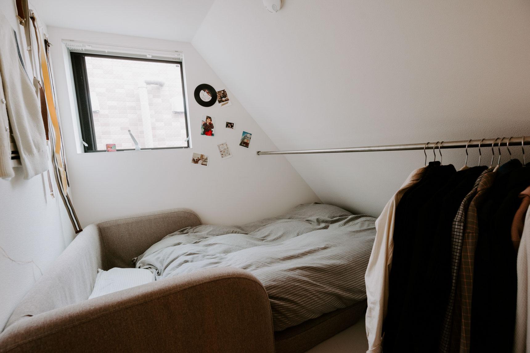 梯子を登った先の小さなロフトにソファベッドを置いて収納兼ベッドルームに。