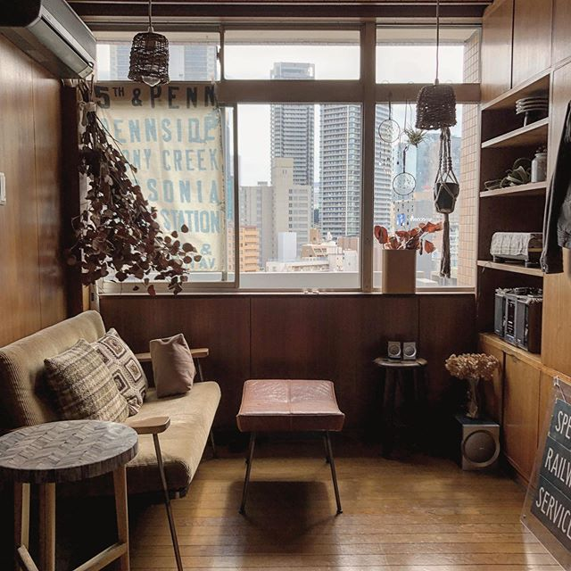 メゾネットの1LDKにお住まいのyudaiさん。床や壁、天井まで木が貼られた珍しい内装は、1960年代に建てられたヴィンテージマンションの一室なのだそう。
