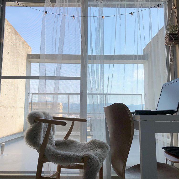 chasoさんがお住まいなのは、階段のあるメゾネットのお部屋。 goodroom でもご紹介することの多いメゾネットですが、どんな風に暮らしているのか?暮らし心地はどうか?実際に暮らしている方にお聞きしてみたいな、と思っていました。 間取りは37㎡ほどの1DK。上の階にダイニングキッチンと広いベランダがあり、下の階はベッドルームとして使われています。 「転職するタイミングで、環境を変えようかなと思って。ワンルームだと、部屋に人を呼びにくいので、1LDK以上で探していました。ここは、ベランダがとても広かったことが決め手です」