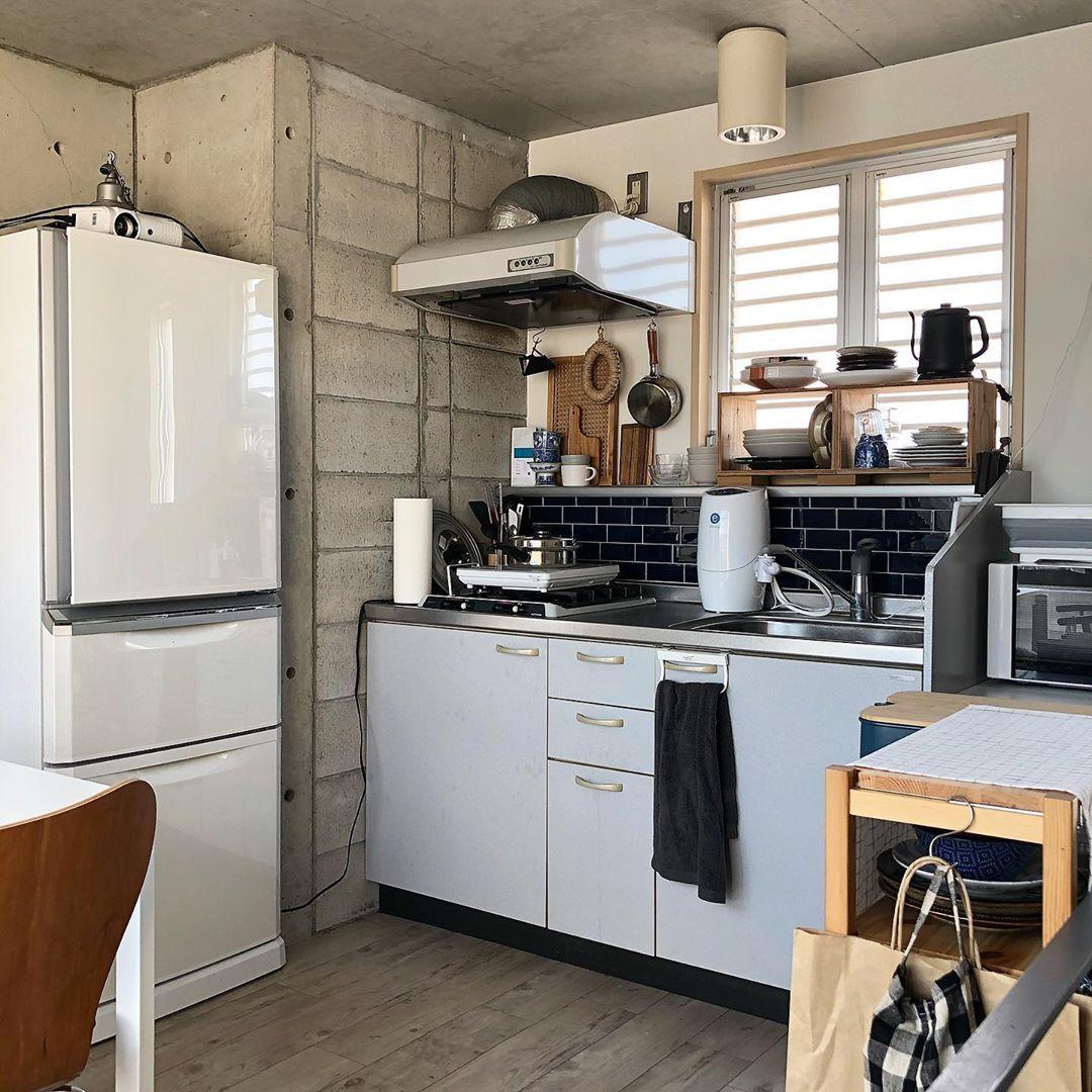 ルーフバルコニーに面して小さなキッチン。