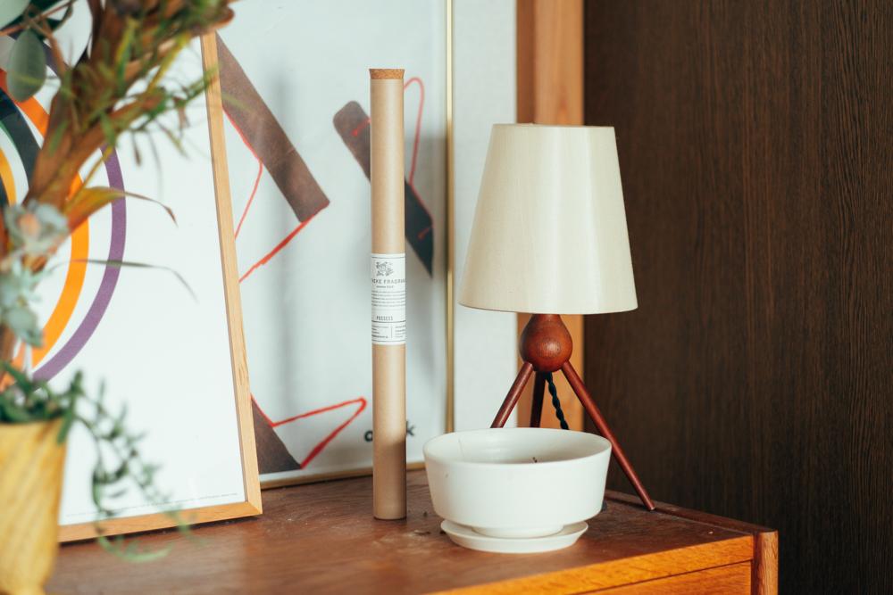 また一人暮らしになって、ようやく満喫出来るようになったと話すのがお香は、apotheke fragrance。 バンブースティック型で厚手のクラフト紙の筒に、活版印刷のラベルはパッケージからクラフト感が溢れていて魅力的なアイテムです。