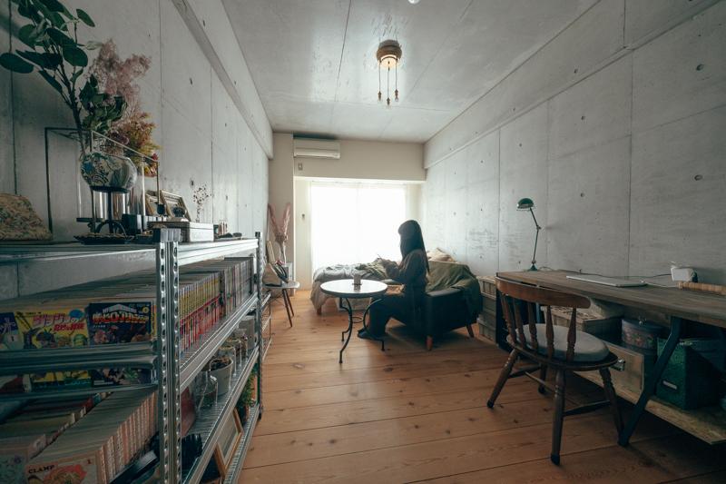 ソファでくつろぐ時と、デスクで集中するときに見える壁の面を反対に。