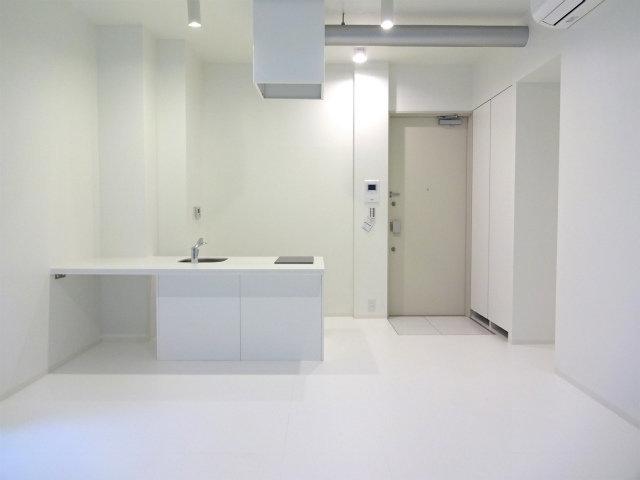 白を基調とした、シンプルなデザインのワンルーム物件。品川駅から徒歩10分ということもあり、かなり便利な場所にあります。
