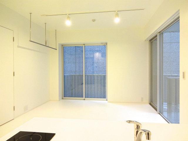 室内にはハンガーパイプの収納スペースしかないのですが、その分なんと建物内にトランクルームがあるとのこと。うまく活用して、すっきりとした室内をキープできるといいですね。