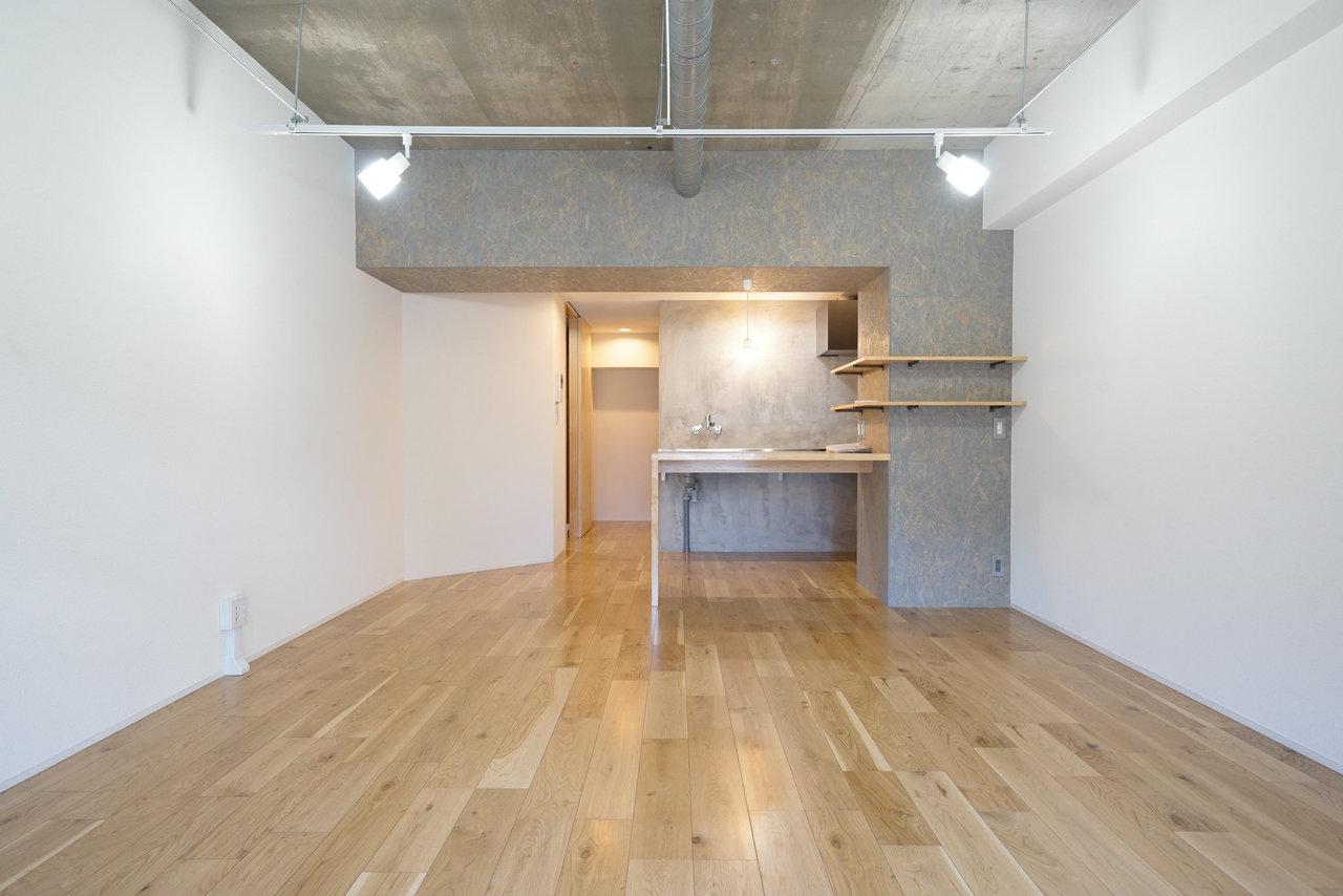 12畳の広々ワンルーム!コンクリートの壁と、木材の温かみが感じられる無垢床のコントラストがいいですね。