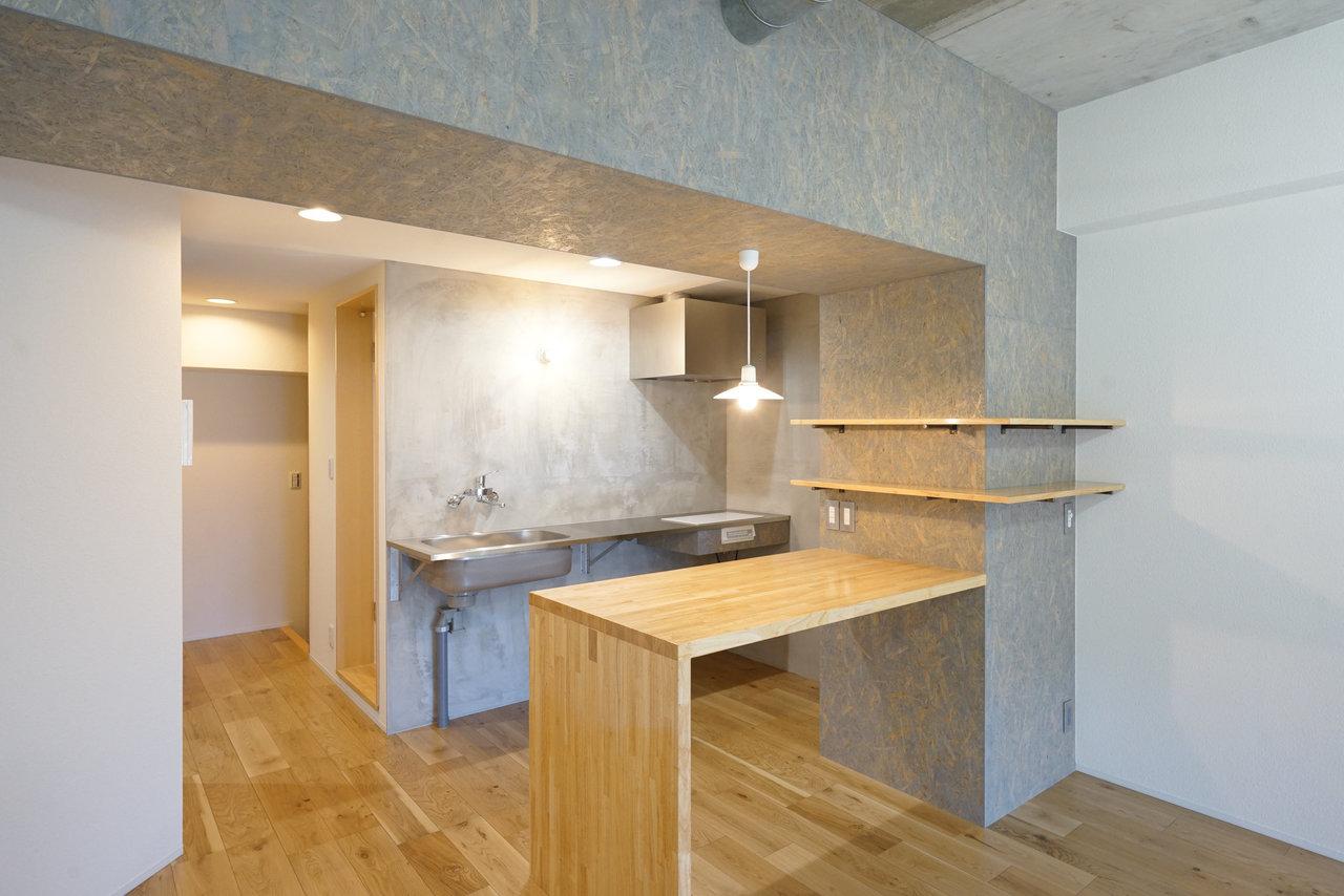 こちらはカウンターがあるタイプのキッチン。できあがった料理を置く場所にしてもいいし、家電を置いてもいい。自在な使い方ができそう。