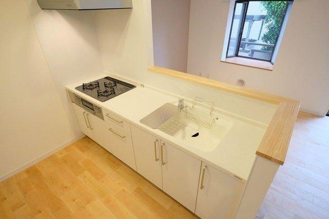 白を基調としたキッチンは、部屋の中をパッと明るくしてくれていいですね。※写真はイメージです