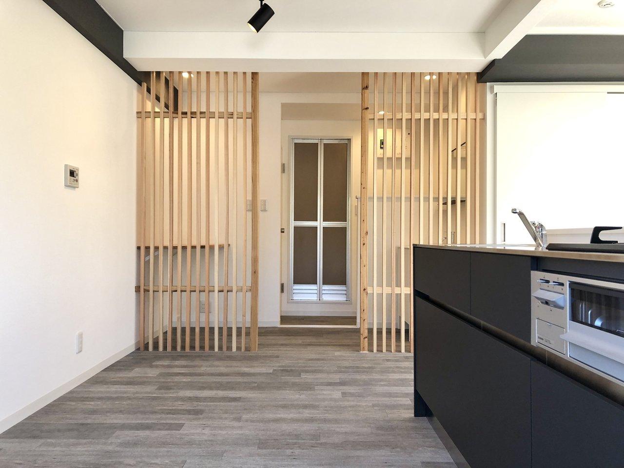 キッチン横には木の仕切り越しに、水回りがまとまっています。すごくおしゃれなデザインですね。