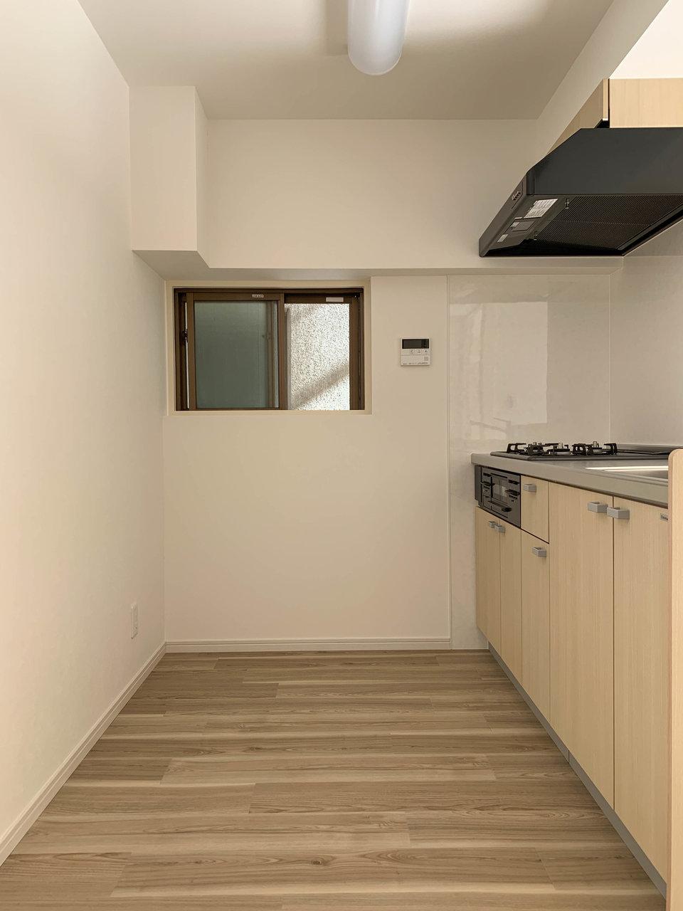 カウンターキッチンは3口ガスコンロ付なので料理がとってもしやすそう。背面にもゆったりとした広さがあるので、ラックを置いたら、家電置き場や食器棚として活用できそうですね。