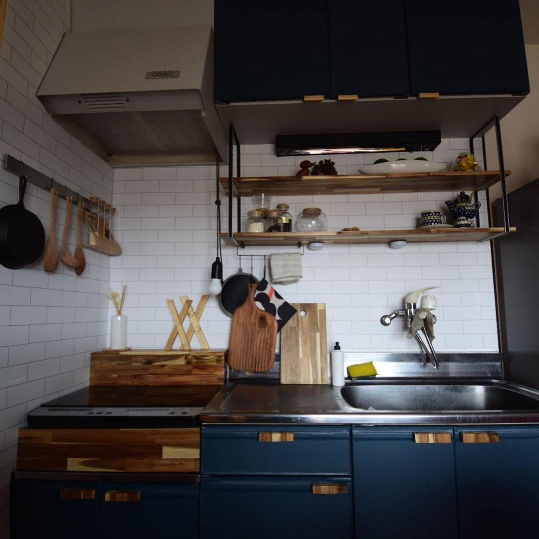 キッチンも、シートを貼ったり取っ手を変えたりしてカスタマイズ。元々ついていた吊り棚も外して木製に変更。