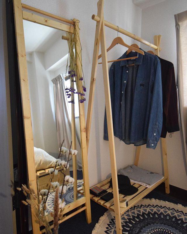 ベッドルームのハンガーラックももちろん自作。ミラーと同じ木材でできていて、高さも揃い、気持ちが良いです。
