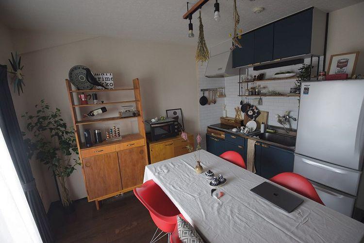 自作の木の家具であたたかみのある空間をつくる。男性一人暮らしのインテリア