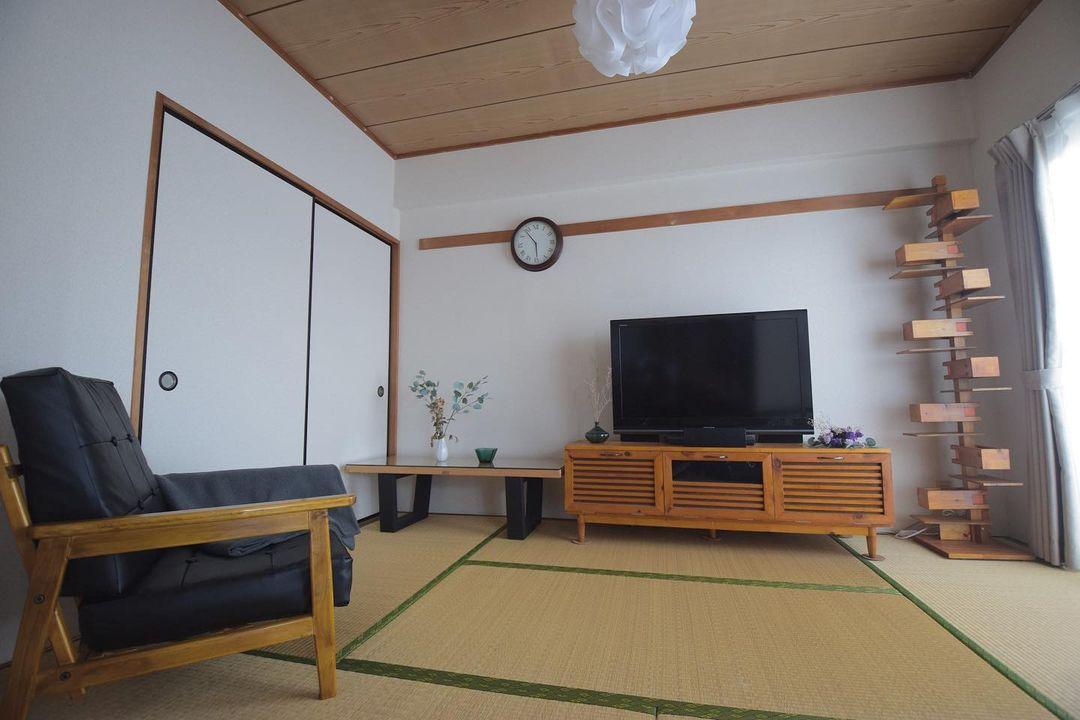 リビングスペースとして使われている6畳の和室。こちらに写っている家具も、テレビボード、ローボード、一番右のライトスタンド、それにソファまで、全て自作。