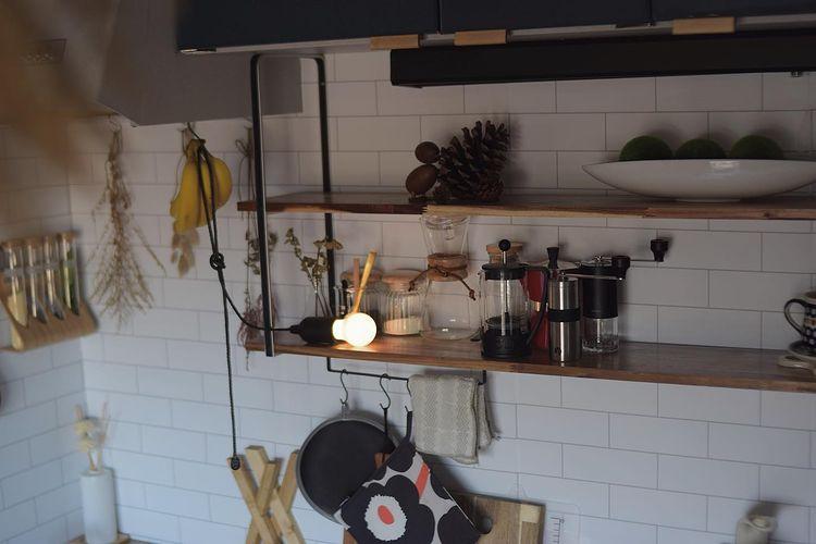 キッチンでも、オープンシェルフにはデザインのいいものだけを並べて飾っています。