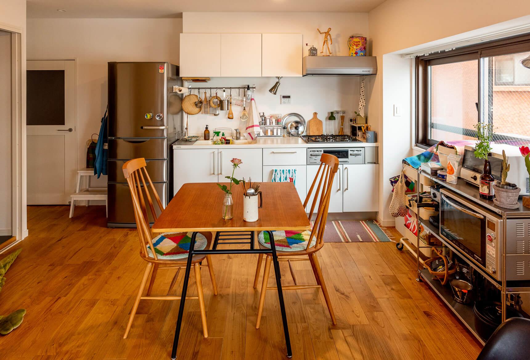 白い天井と壁に対して、全体的に濃いめの色の家具がうまく部屋を引き締めています。