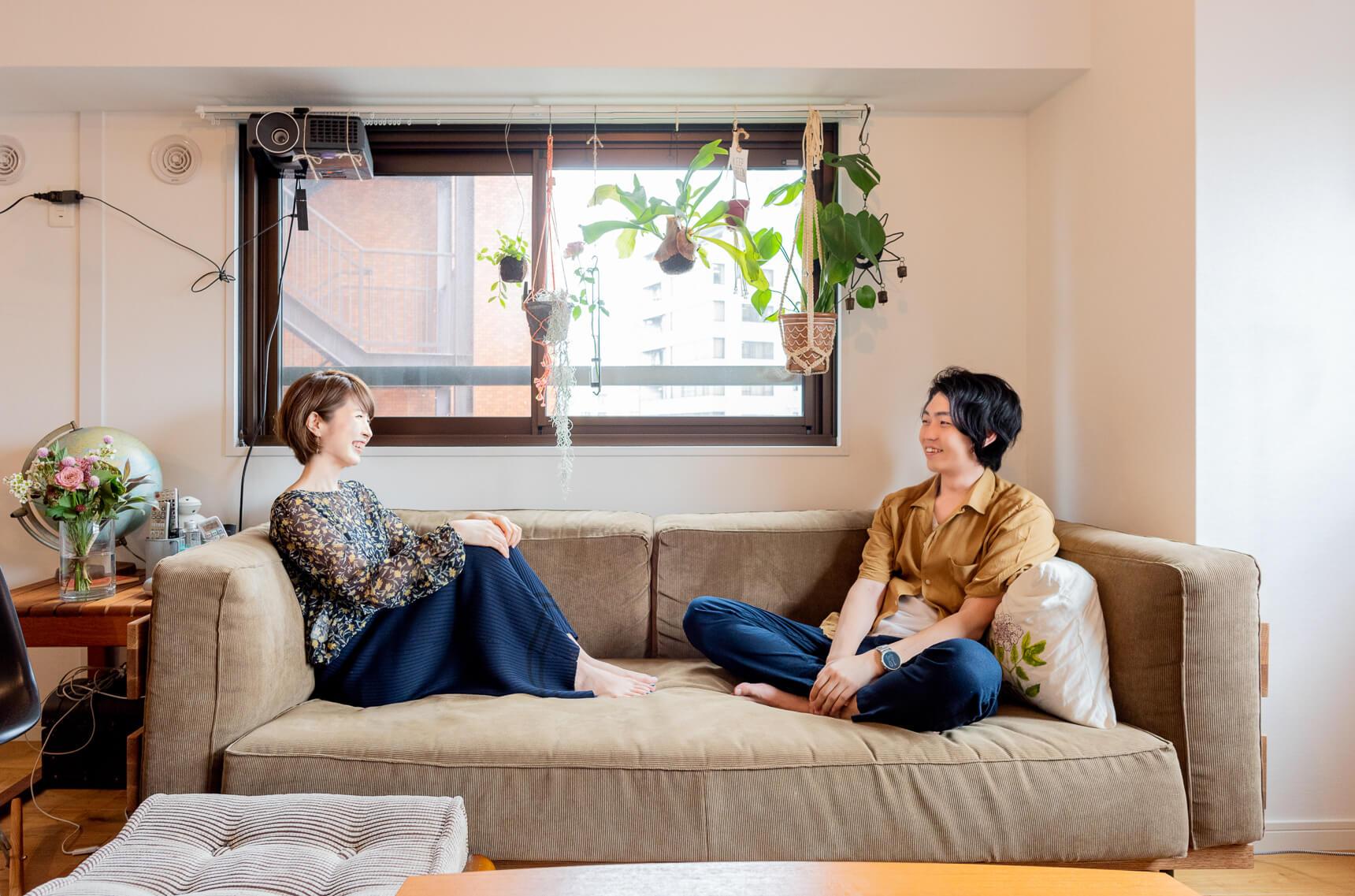 大きなソファは momo natural で購入。幅と奥行きがしっかりあって、二人で座っていても程よい距離感。