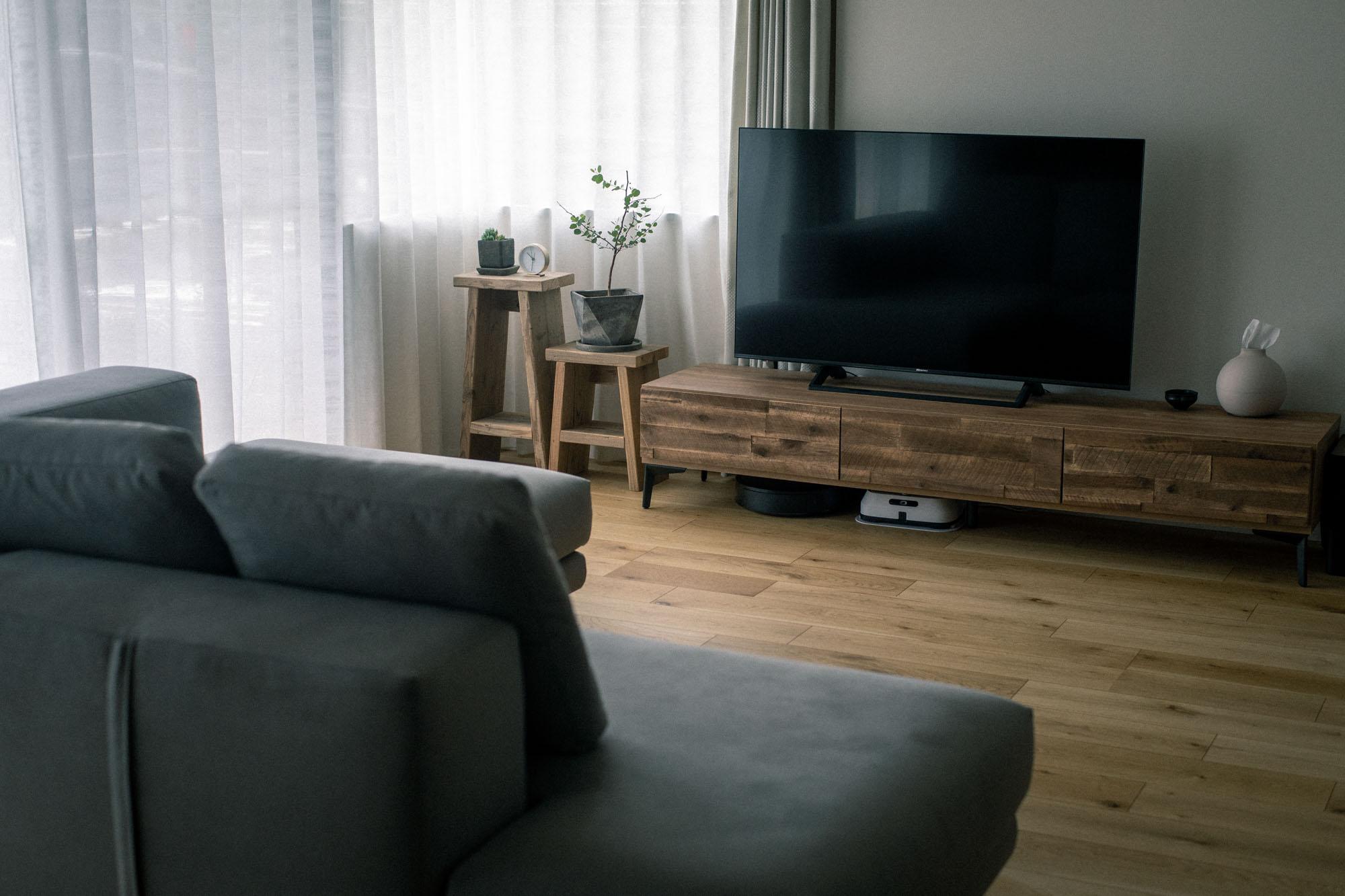 ソファの足はもともと木材、テレビボードの足はアルミ素材だったものを、アイアンペイントで塗装されているそう。このひと手間で格段に統一感が出て、無垢の床とも馴染む素敵な空間に。