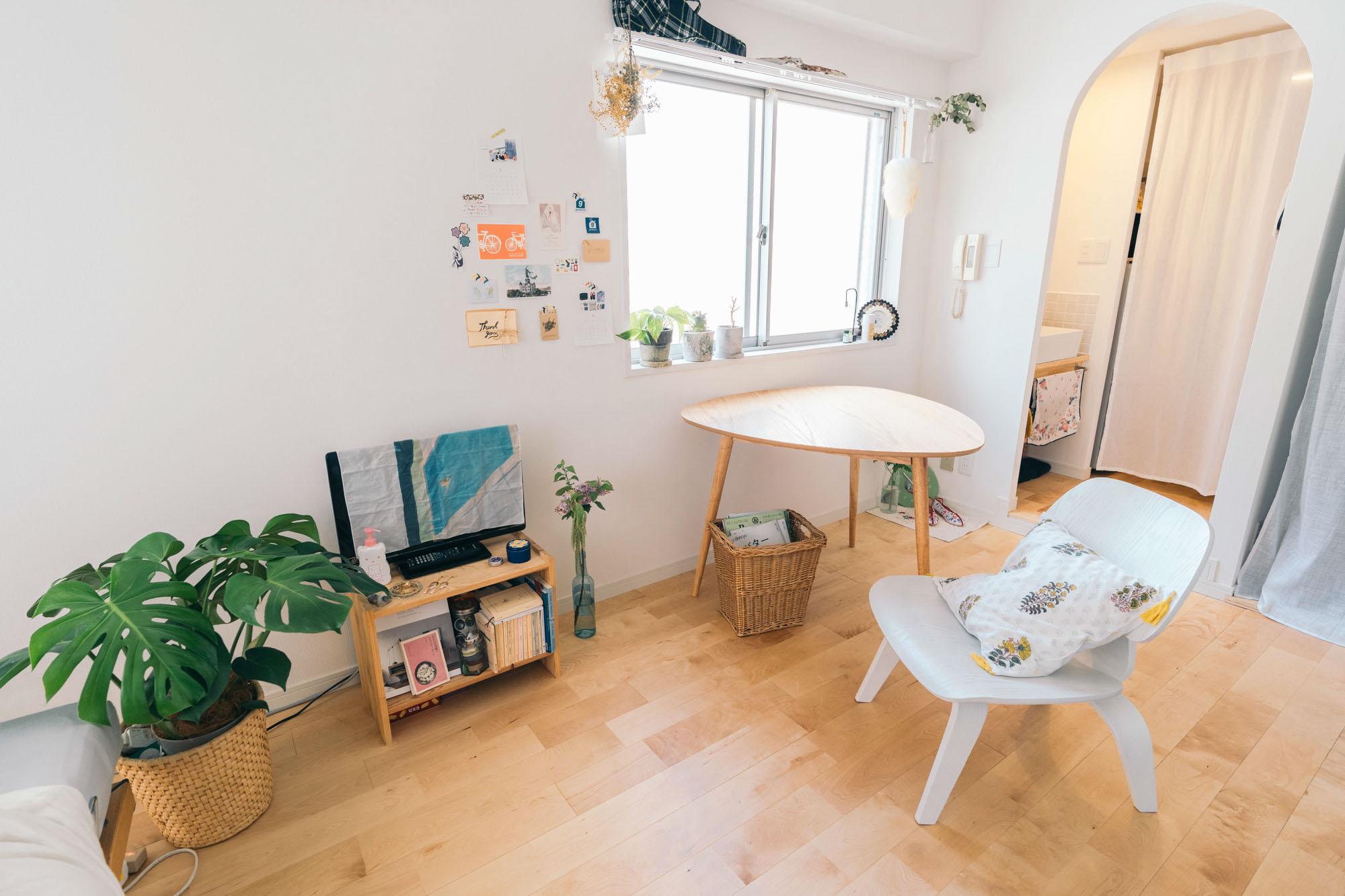 三角のテーブルはNOCE、椅子はイームズ「ラウンジチェア」のリプロダクト。一人暮らしとしては大きめのテーブルですが、三角形なので1辺を壁につければスペースも取らず、圧迫感も少なめ。ラウンジチェアも、ソファよりもコンパクトでリラックスできるところがおすすめだそう。
