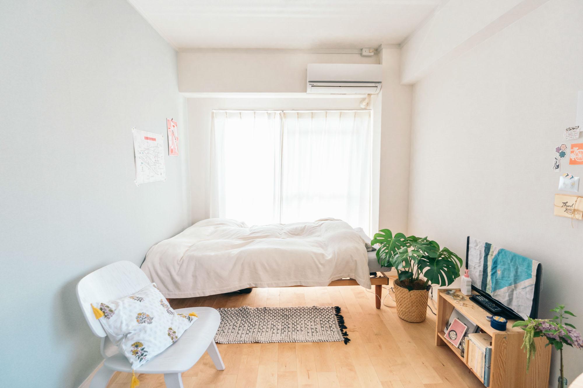 念願叶って住むことになった無垢フローリングのお部屋は、帰ってきたときに気分が上がる「心躍る部屋」にしたいと、この部屋に合う雰囲気の家具や小物を合わせて空間をつくりました。