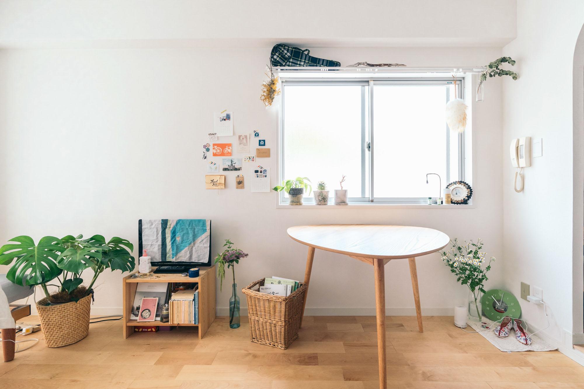 無垢床リノベーション賃貸「TOMOS(トモス)」のワンルームに暮らす、グッドルーム広島店スタッフ、ゆりこさんのお部屋。 キッチン、洗面台、居室とつながる7.5畳のワンルームは、角部屋の2面採光がポイント。南向きでとても明るいお部屋です。