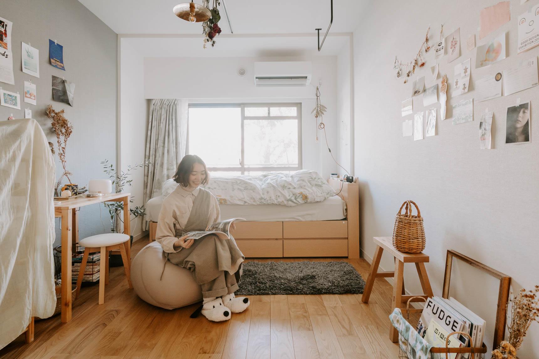 グッドルームスタッフの播磨さん。 就職を機に、東京で見つけた一人暮らしのお部屋は、25㎡のワンルーム。無垢のフローリングが自慢の、グッドルームオリジナルリノベーション「TOMOS(トモス)」のお部屋です。床の色とも合うナチュラルな色合いの家具で揃っていますね。