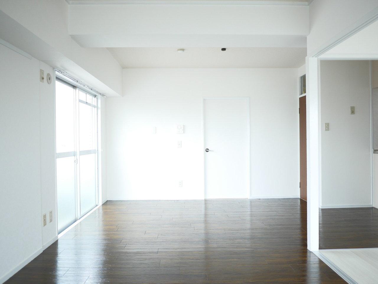 L字型になったリビングは、15畳。窓からたっぷりと陽射しが差し込み、白を基調とした空間を、ダークブラウンの床が引き締めてくれます。