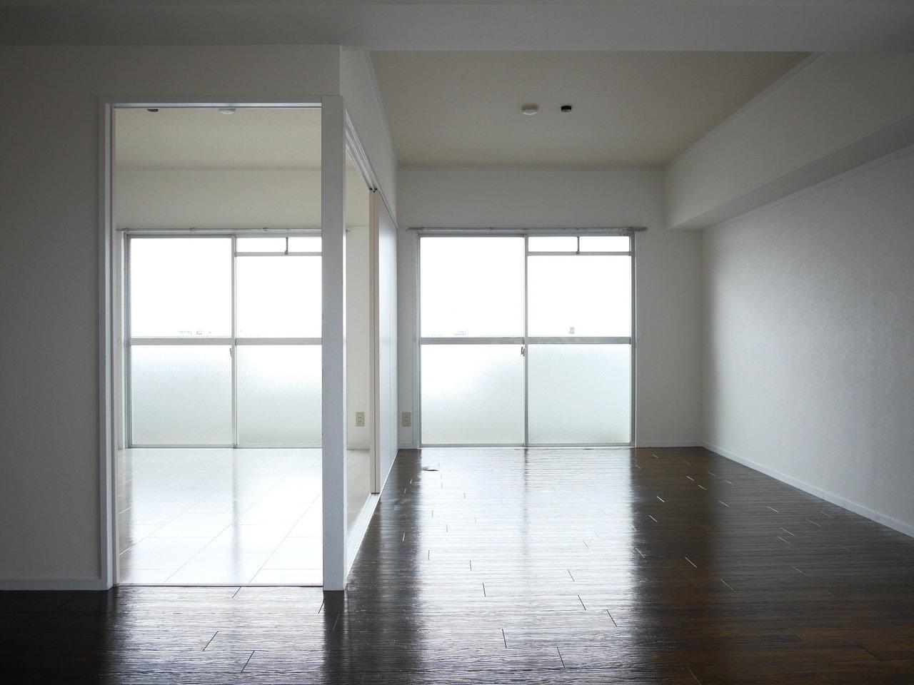 リビングに隣接する6畳の洋室。引き戸を開ければ、リビングをより広々と使うことができそうです。