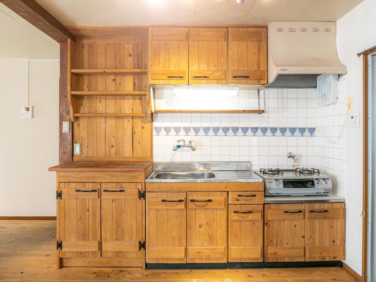 珍しいのは、キッチンも全て木製でできているということ。かわいい器を並べて、料理のモチベーションを上げたいですね。