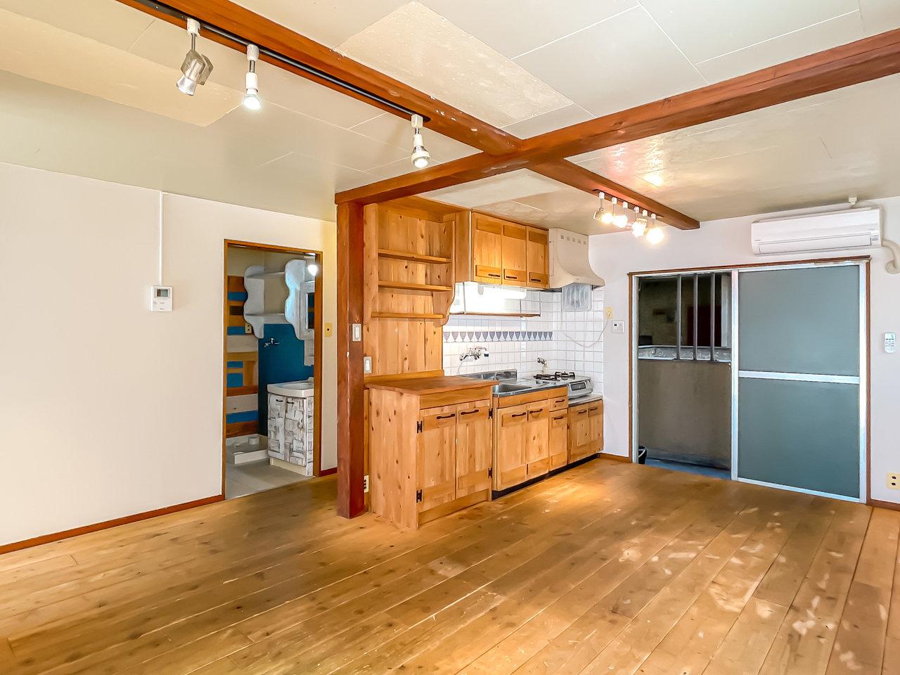 木材の質感をたっぷりと感じられる、温かみのあるお部屋です。アンティークのインテリアがよく合いそう。