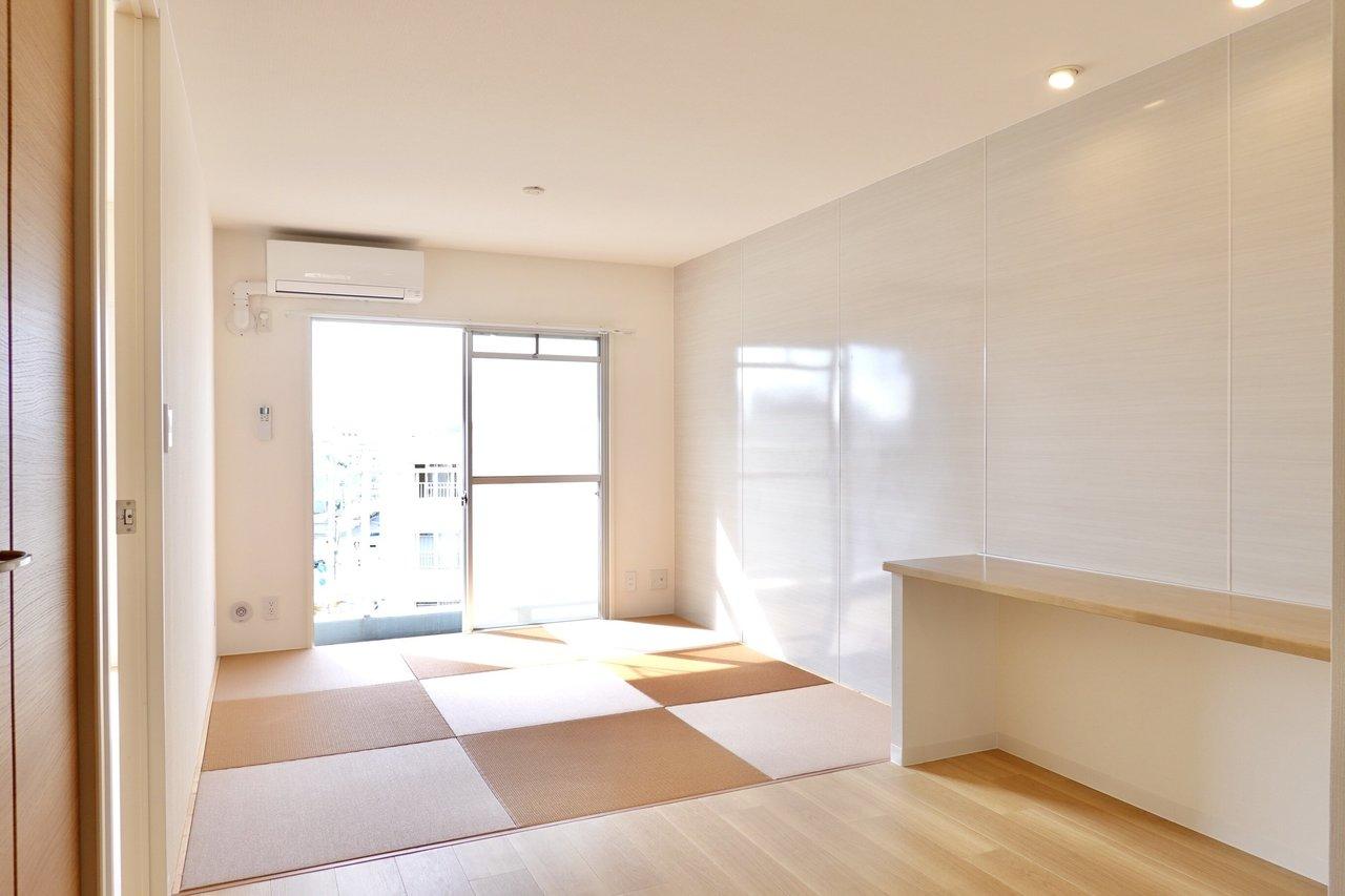 リビングに琉球畳が敷かれたお部屋。あえてソファを置かず、ゴロンと横になれるスペースにして、畳の肌触りを感じてもいいですね。