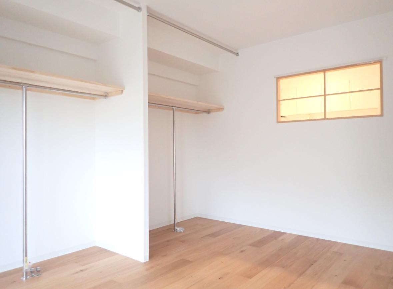 隣の洋室には、壁一面のオープン収納スペース!キッチンの明かりが漏れる、小窓もいい感じ。