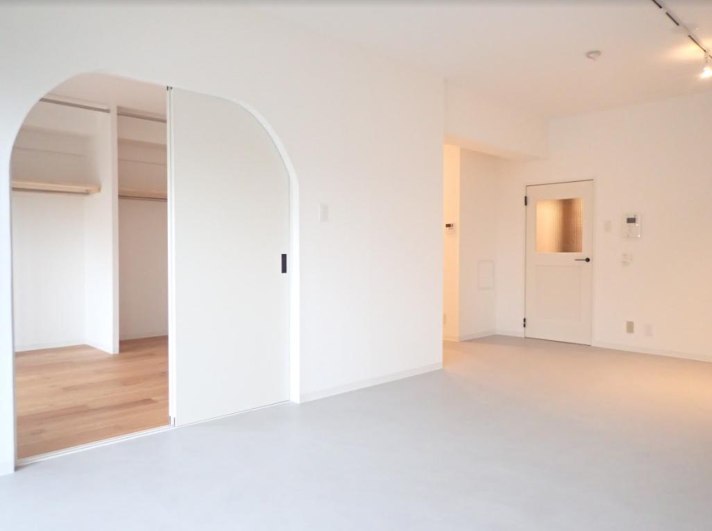 ここからご紹介するのは、goodroomのオリジナルリノベーション「TOMOS」仕様のお部屋です。リビングと隣の洋室を仕切る、かまぼこ型のアーチ扉が、なんともほっこり。