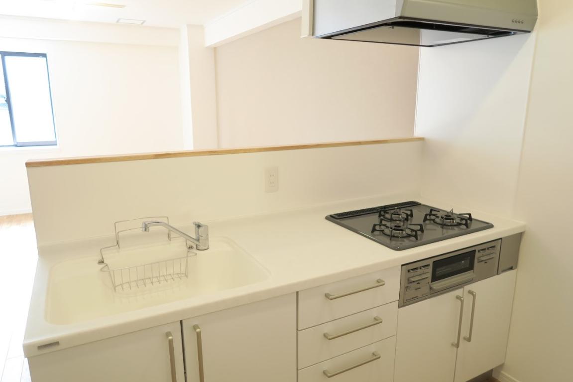 キッチンはカウンタータイプになっているので、リビングで過ごす家族の様子を見ながら料理することができますよ。