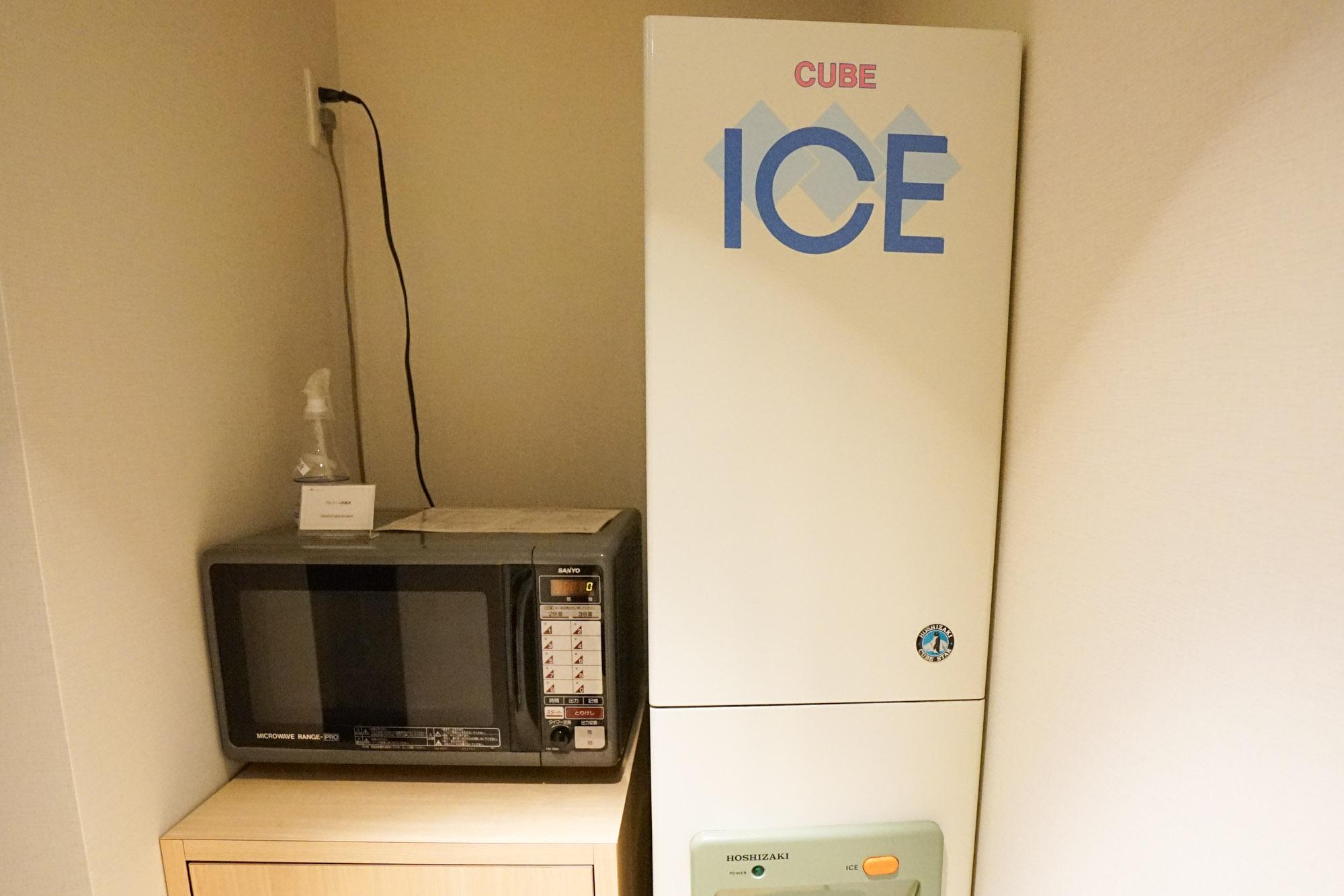 自販機コーナーには、製氷機だけでなく電子レンジも設置されていました。電子レンジがあるのはとても助かるんですよね。