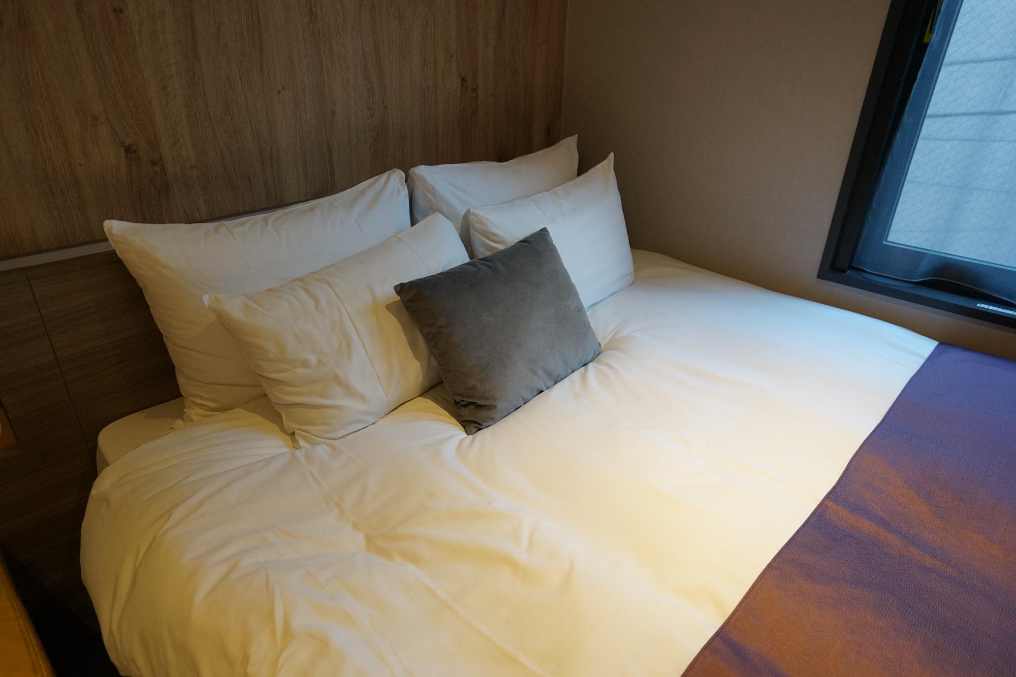 リニューアルで入れ替えられたという日本ベッド製のベッド。ダブルルームで160cm幅と、かなりゆとりがあり、寝心地も最高です。