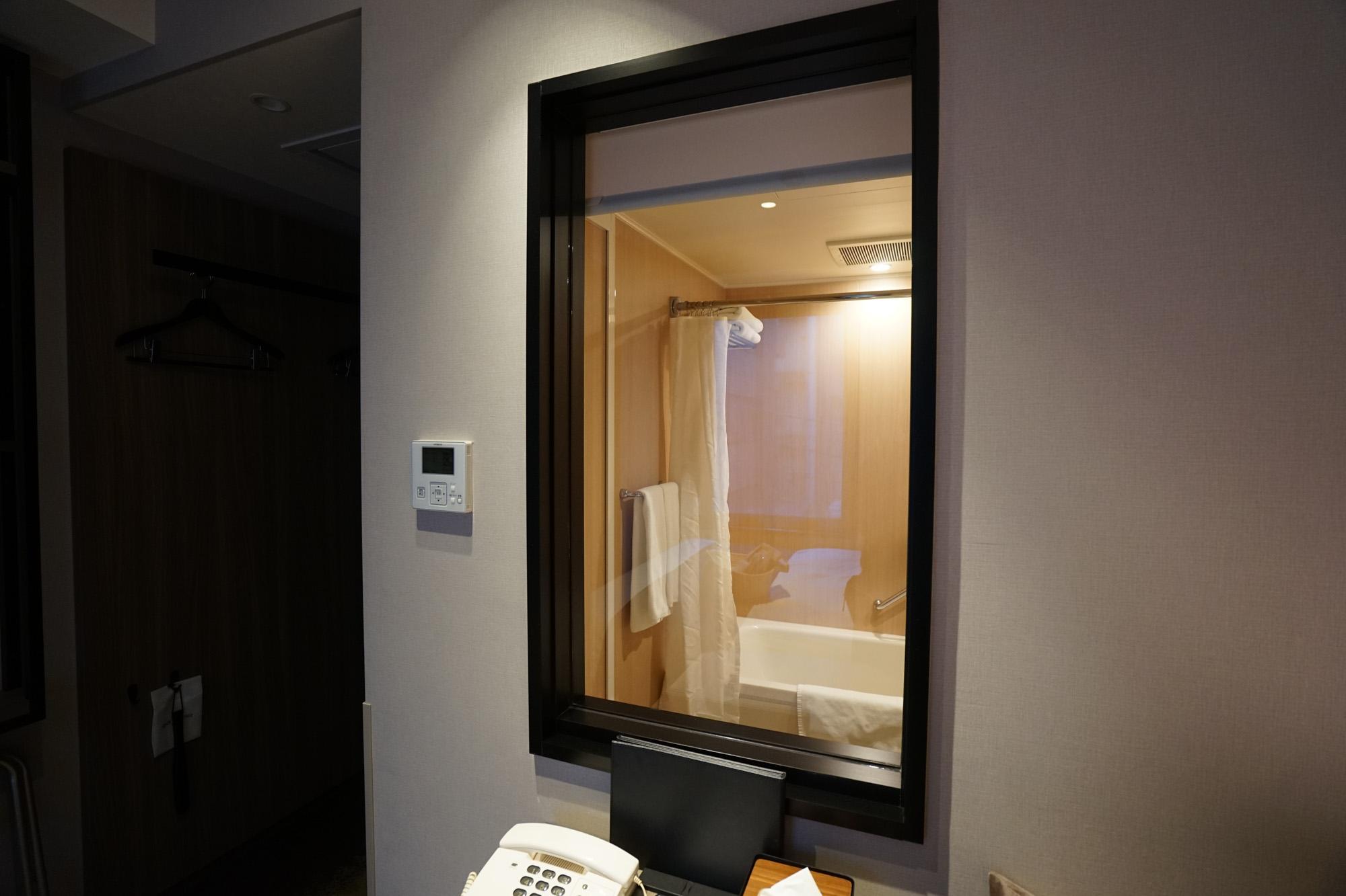 テーブル横の小窓の先は、バスルームになっています。