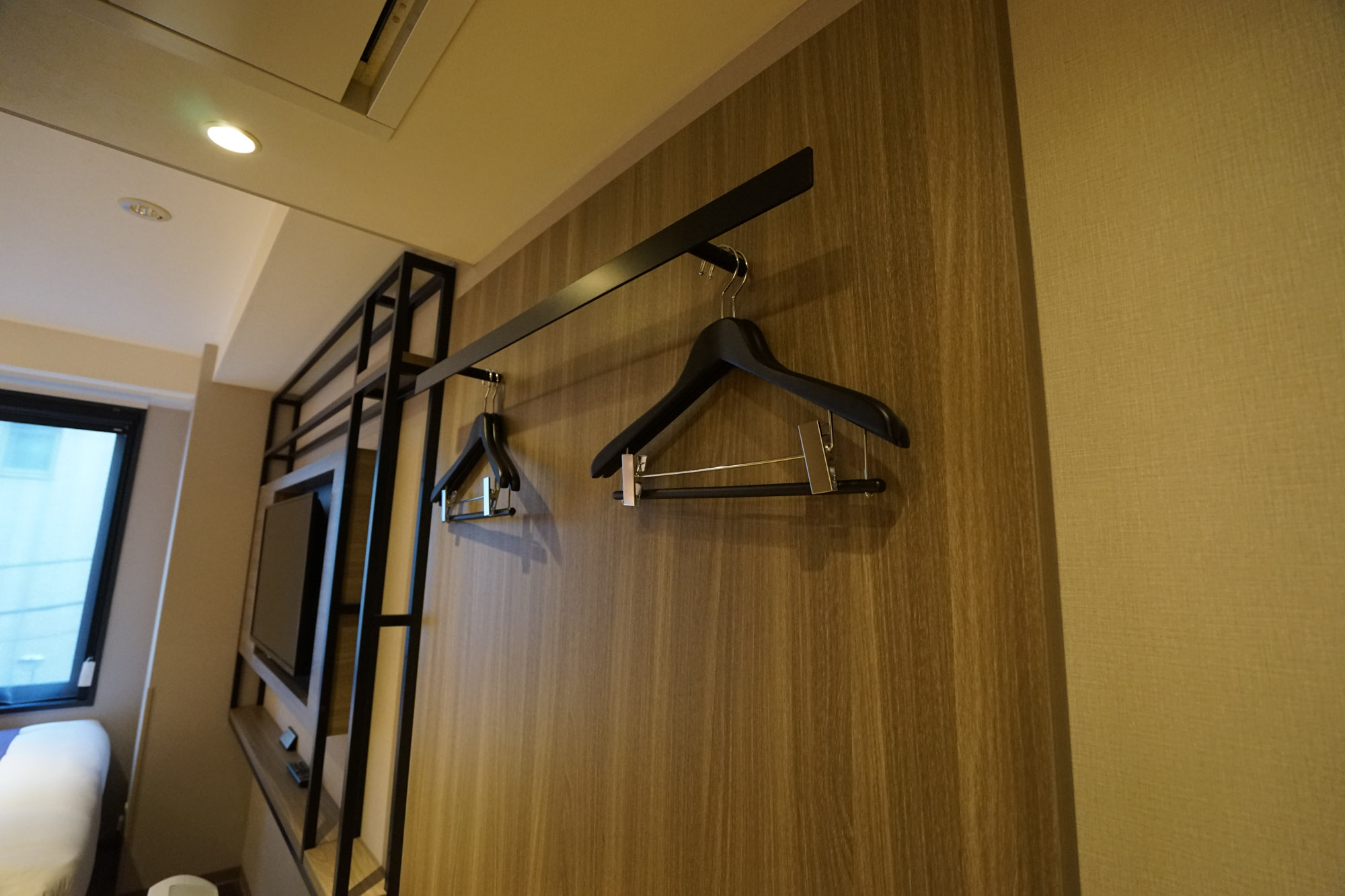 収納スペースはシンプルな壁掛けスタイルです。