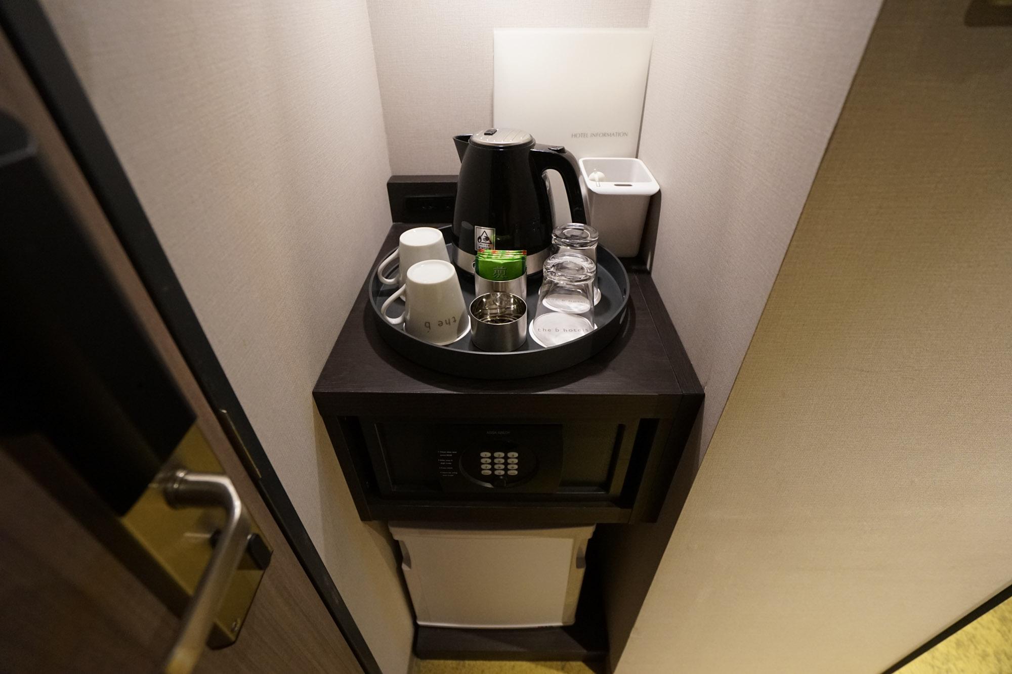 ドア横にミニ冷蔵庫と電気ポット、カップなどがあります。