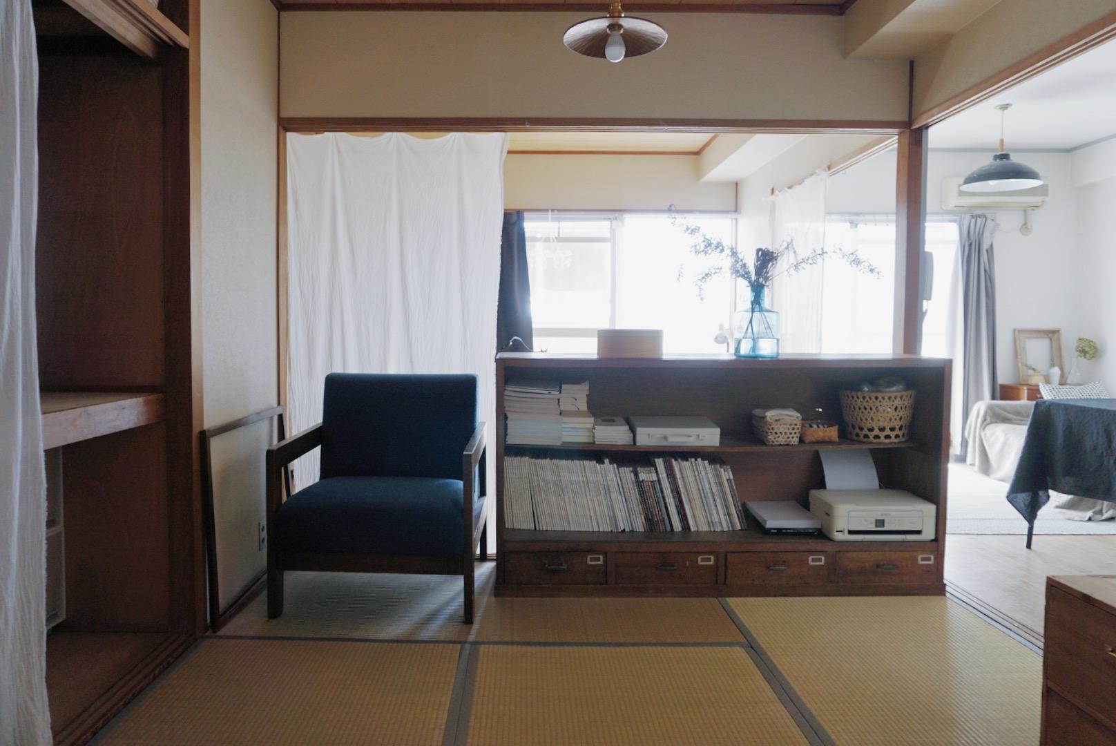 襖を取り払ったことで、風通しも、日当たりも良くなった空間。お気に入りのヴィンテージ家具を置いたり、