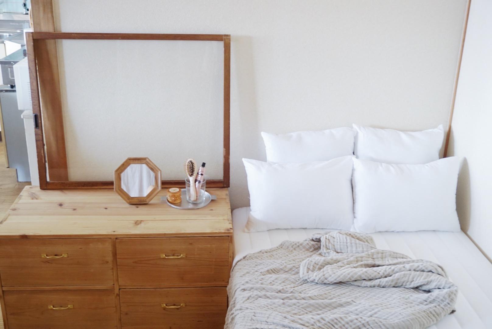畳の寝室には、把手が可愛いヴィンテージの小箪笥。