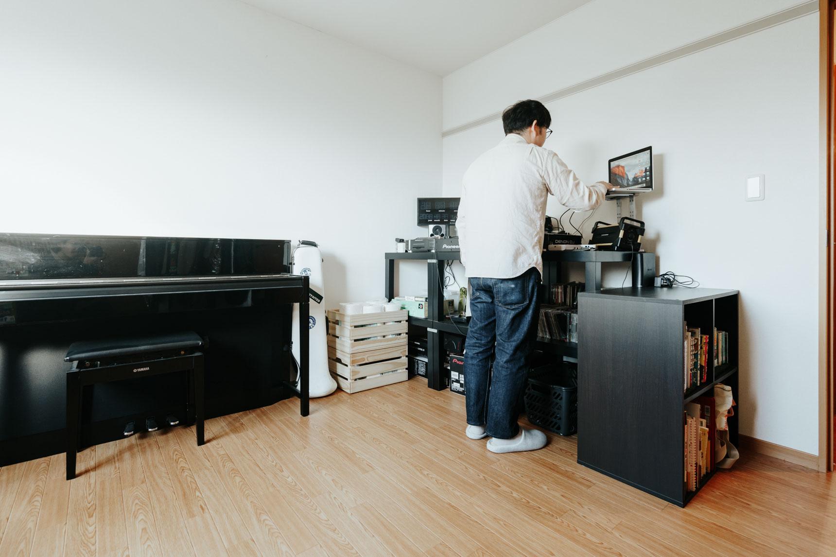 もう1部屋は、音楽が好きなお二人の、楽器やDJ機器を置く場所として。「決め手になったのは、広さ」とおっしゃる通り、ゆとりある広さの2LDKを活用して、好きなものにたくさん囲まれた豊かな暮らしをされていらっしゃいます。
