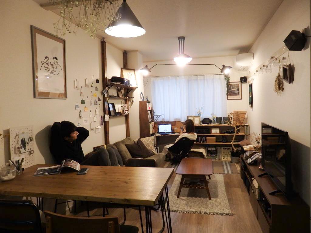 西口さんご夫妻が暮らすのは、50㎡ほどの2LDKのお部屋。プロジェクタが置ける棚や、本棚とパソコン作業ができるスペースをDIYで作り、二人がそれぞれ居心地良くいられる空間に仕上げています。