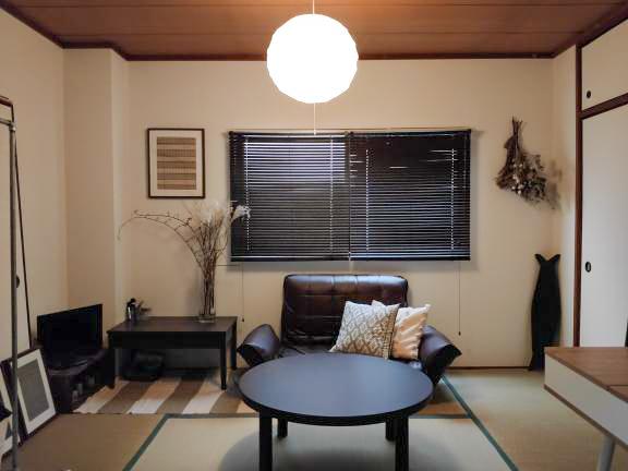和室にはソファとローテーブルを置いて、リラックスできる空間に。