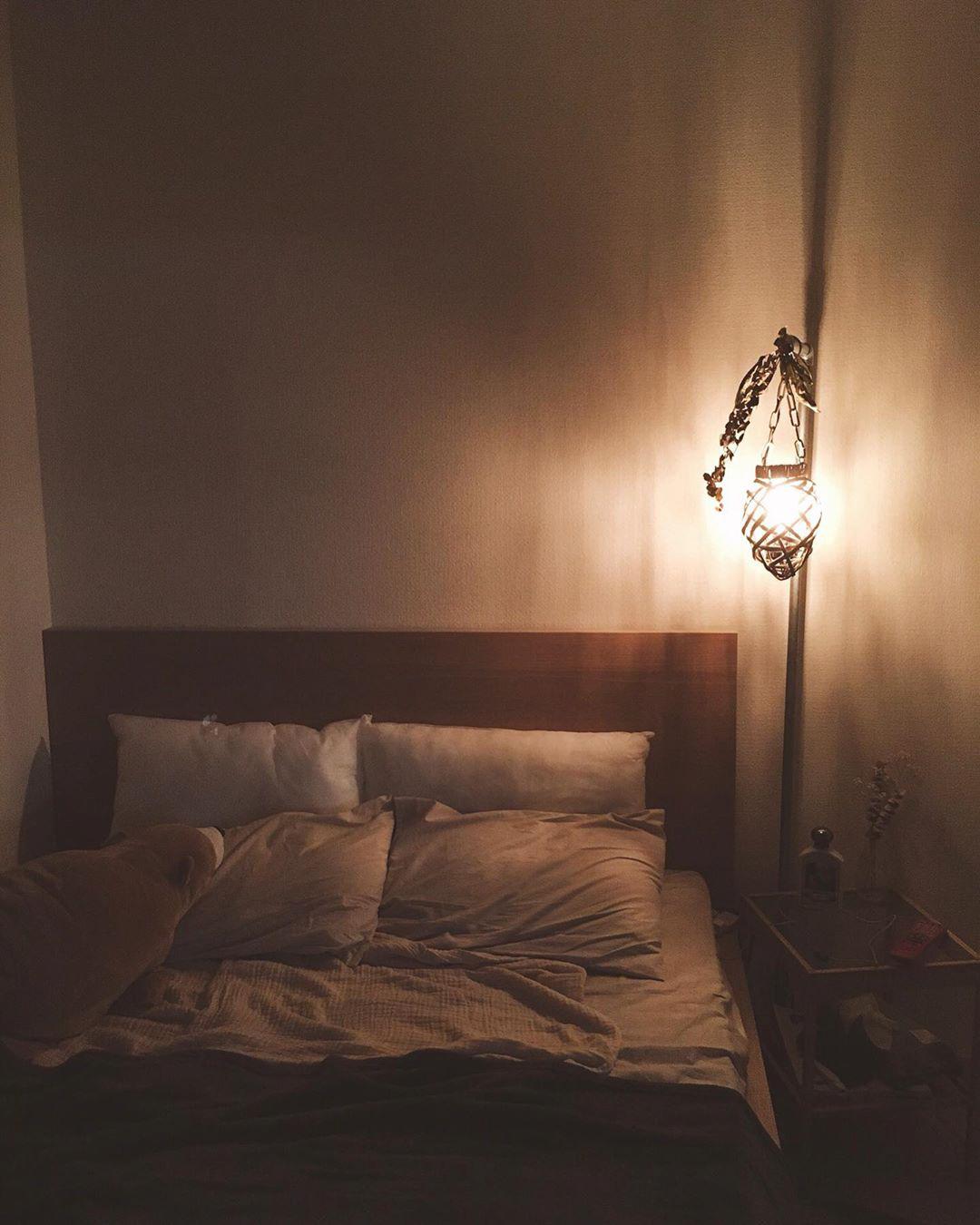 ベッドルームは手作りのライトで雰囲気のある空間に。