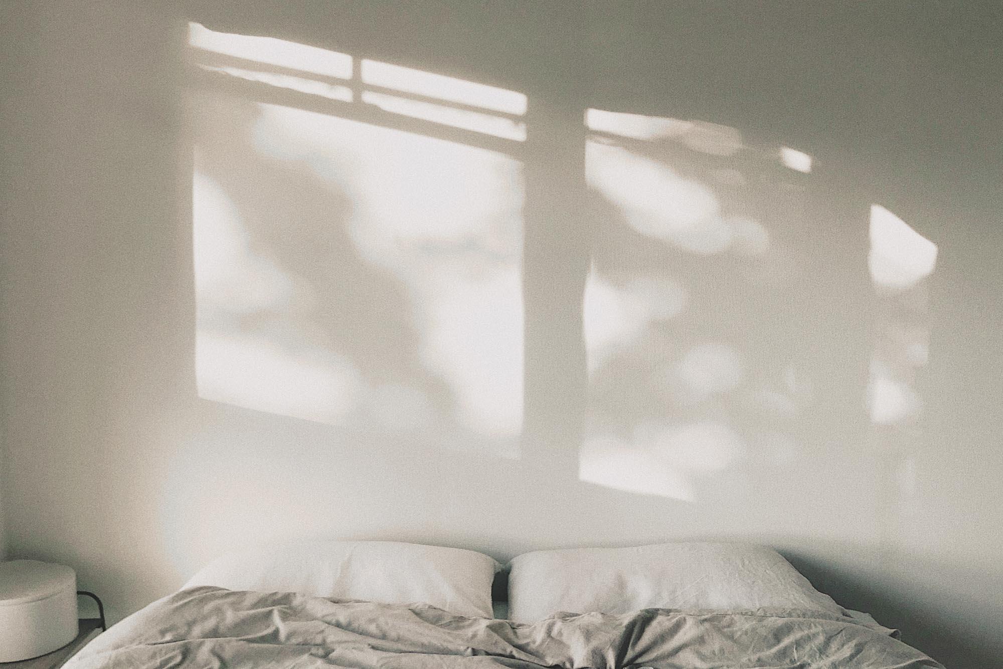こちらはベッドルーム。趣味の写真がきっかけで知り合ったお二人。ダイニングに射す光や、ベッドルームに差し込む木漏れ日など、毎日の暮らしの中で「いいなぁ」とカメラを向けたくなる瞬間がたくさん増えたそう。